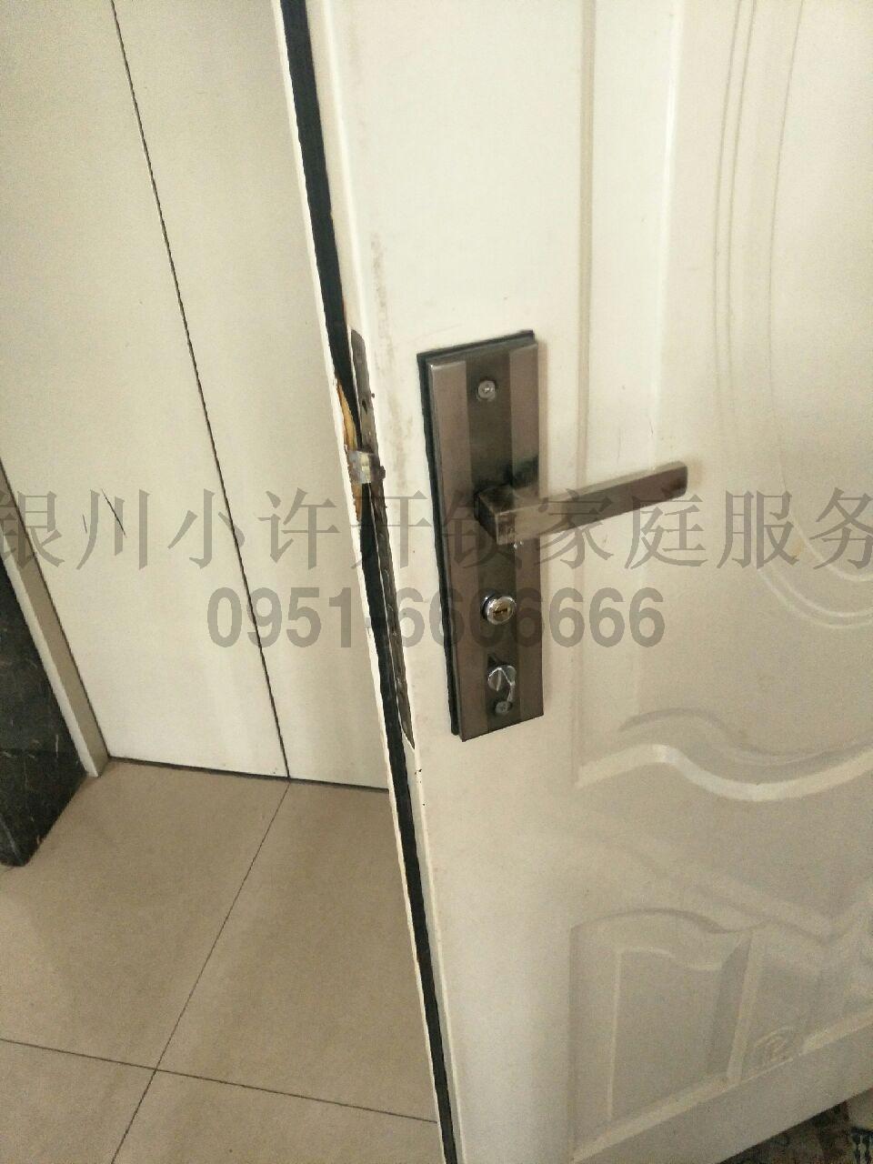 钥匙忘带_进不去家门。
