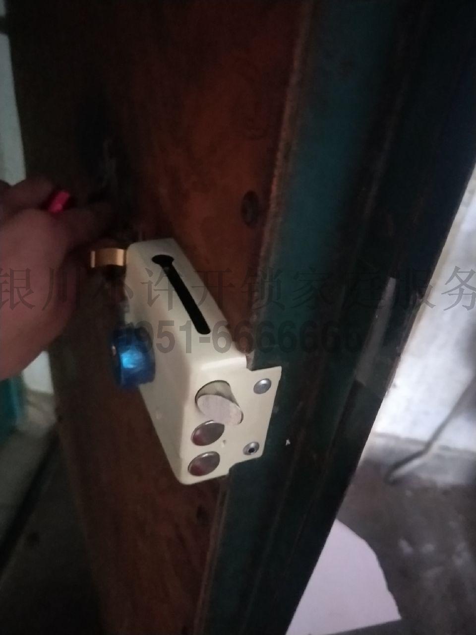 老式鐵門更換鎖芯